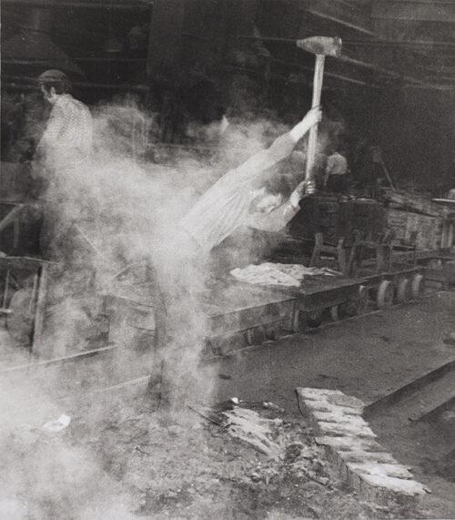 Ralf-Rainer Wasse, Gießerei Harlaß, Schlacke, 1982, Silbergelatineabzug, Foto: Ludwig Rauch © Brandenburgisches Landesmuseum für moderne Kunst (BLMK)