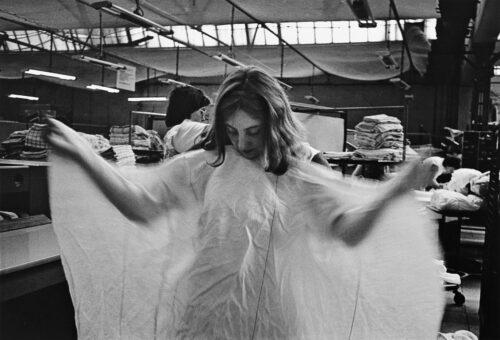 Ingrid Hartmetz, aus der Serie: Wäscherinnen VEB Großwäscherei Bad Freienwalde, 1983-85, Silbergelatineabzug, Foto: Thomas Kläber © Brandenburgisches Landesmuseum für moderne Kunst (BLMK)